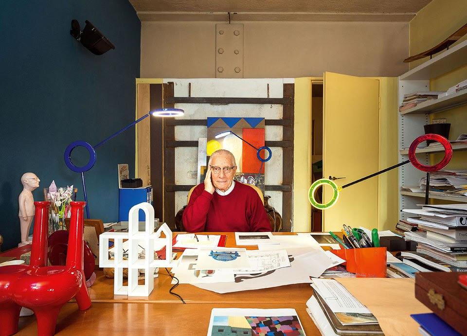 Alessandro Mendini nel suo Atelier